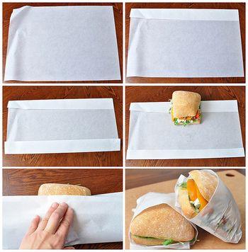 【手順】 1. ワックスペーパーを平に置き、上端を4センチくらい折り、下端も同様に折ります。 2. サンドイッチを写真くらいの位置に置き、下側のペーパーを折り上げ、両サイドのペーパーを裏にたたみ込んで完成です。