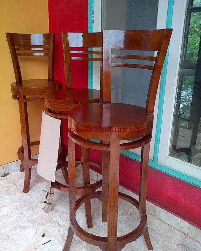 Kursi Bar Jati Bundar terbuat dari material kayu jati dengan desain minimalis bundarvyang kami sempurnakan dengan finishing melamin coklat.