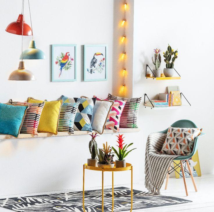 Los cojines son una manera muy creativa de brindarle color a tu sala de estar. Además, puedes complementar con nuestras luces y plantas decorativas.
