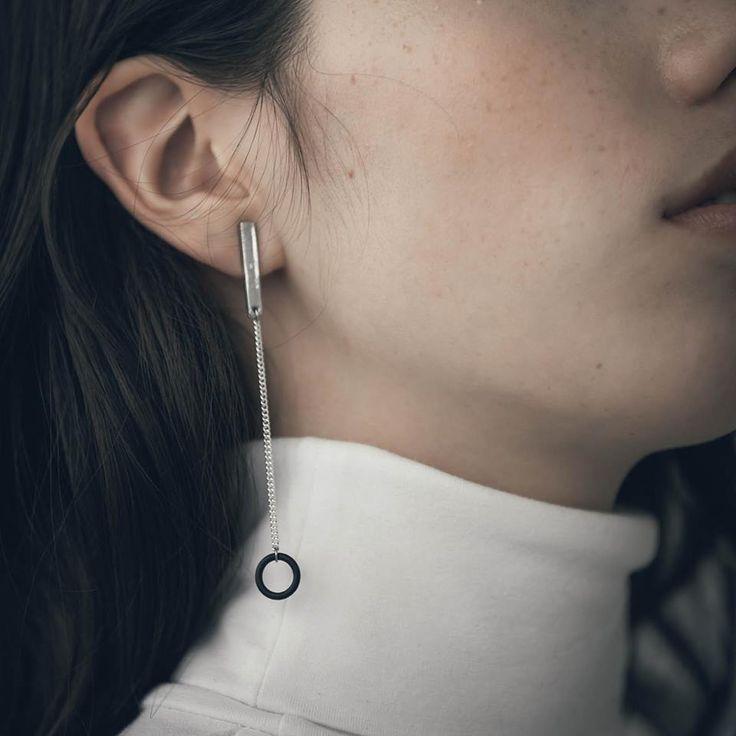 Avec un col haut, portez une belle boucle d'oreille et le tour est joué, venez voir les modèles dans la collection d'Anne-Marie Chagnon.
