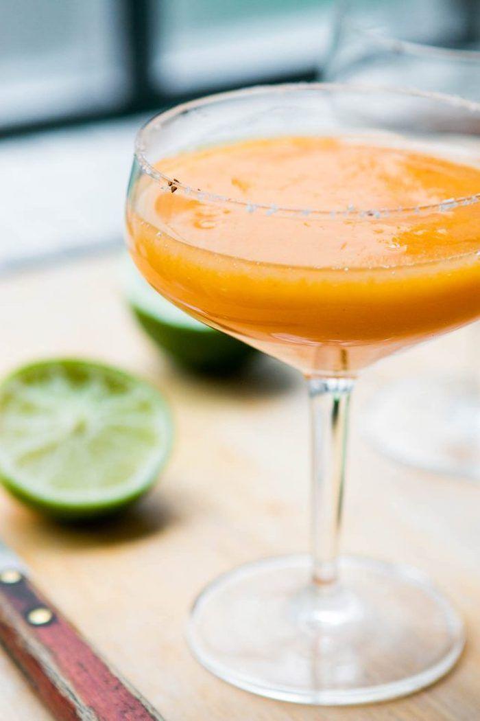 sharonfrucht cocktail vorbereiten, margarita mit kaki früchten und limetten