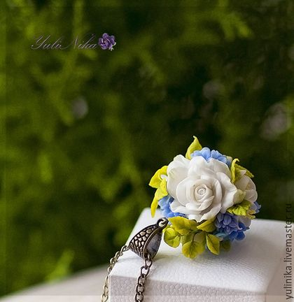 Купить или заказать Кулон с розами, незабудками и голубой гортензией в интернет-магазине на Ярмарке Мастеров. Кулон в форме шара. Нежные белые розы, незабудки и соцветия гортензии. очень нежный и эффектный. каждый лепесток слеплен на руках не боится падений и дождя.