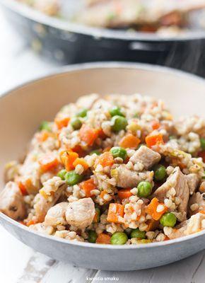 Kaszotto z kurczakiem, marchewką i groszkiem 1 por 2 łyżeczki oliwy extra 1 łyżeczka masła 1 pojedyncza pierś kurczaka 1/2 łyżeczki suszonego tymianku 1 woreczek (100 g) kaszy gryczanej 1/2 paczki (225 g) mrożonej marchewki z groszkiem pokrojonych w kosteczkę 250 ml bulionu szczypiorek opcjonalnie: chili, sos sojowy