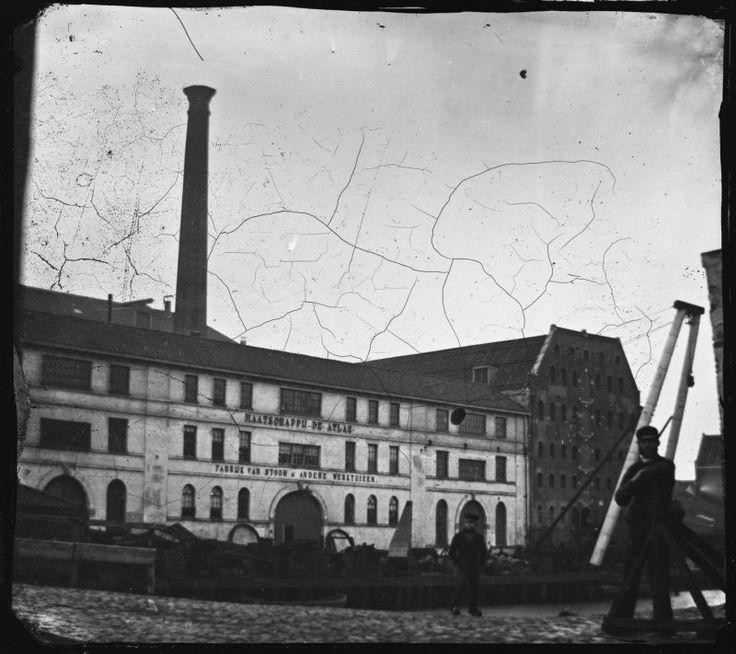 Amsterdam, Zoutkeetsgracht 1-7 · 1861 Maatschappij De Atlas, Fabriek van Stoom- en andere Werktuigen, gezien vanaf dehoek van de Bokkinghangen. Rechts: Hendrik Outmans..
