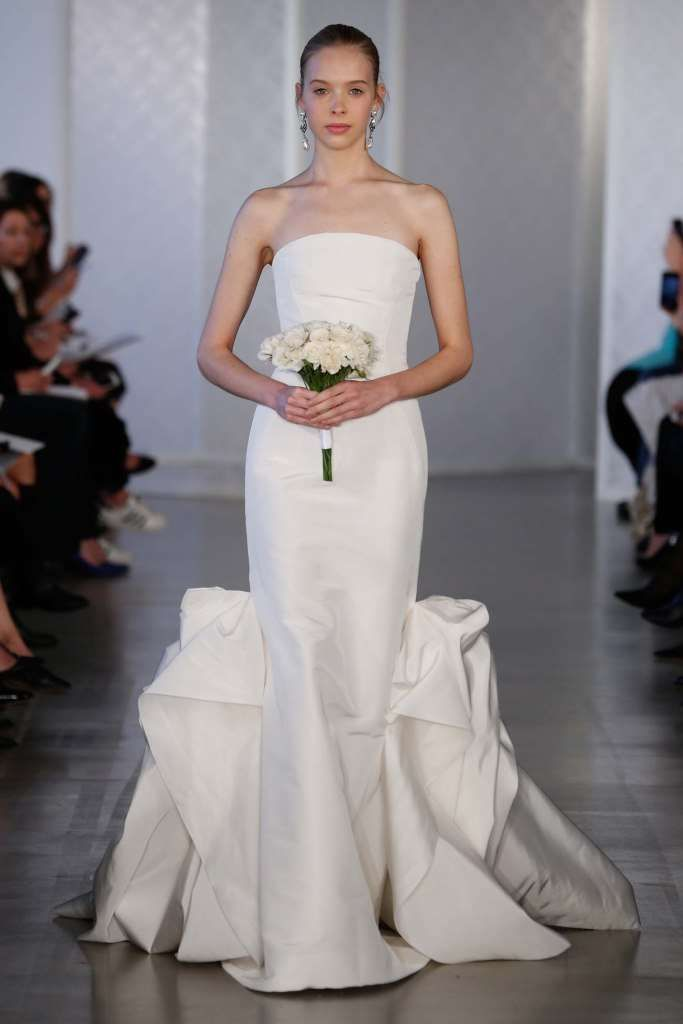 Vestito con gonna scultorea Oscar de la Renta - Vestito da sposa dritto con gonna particolare nella parte bassa della collezione Oscar de la Renta 2017
