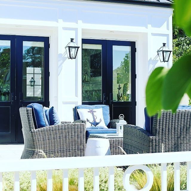 { N A U T I C A L } Such beautiful use of navy blue and white grounded by weathered rattan.  This colour scheme is a FD favourite!  We absolutely love this alfresco entertaining area and home built by another FD favourite @pattersoncustomhomes (interior design by @churchill_design). For a similar paint colour here in Australia try Dulux Diplomatic & Lexicon Quarter #exteriordesign  #love