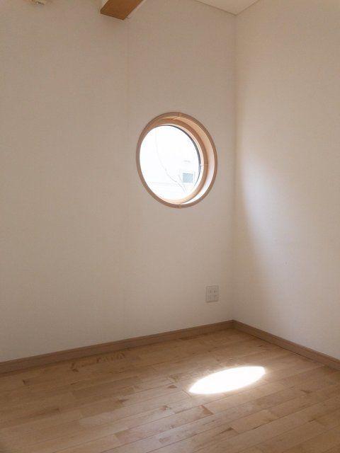 雨が待ち遠しくなるね B1号室 東京都目黒区 丸い窓 丸 窓 窓