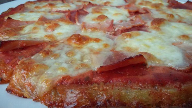 Tarte façon pizza sur un lit de pommes de terre râpées - sans gluten.