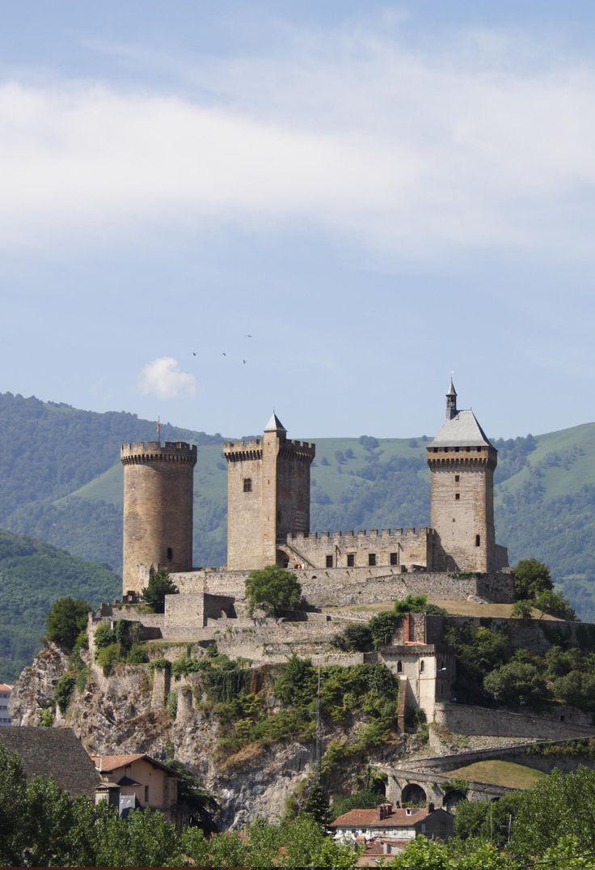 Le château de Foix (Ariège, Occitanie, France) résiste aux assauts répétés (1211-17) de Simon IV de Montfort lors de la croisade albigeoise. En 1272 le comte de Foix refuse de reconnaître la souveraineté de Philippe le Hardi mais doit capituler. Les comtes abandonnent Foix en 1290, quand le comté se réunit avec le Béarn. Gaston Phoebus est le dernier à vivre au château, qui au XVIe s. perd son caractère militaire et se transforme en prison. Voir…