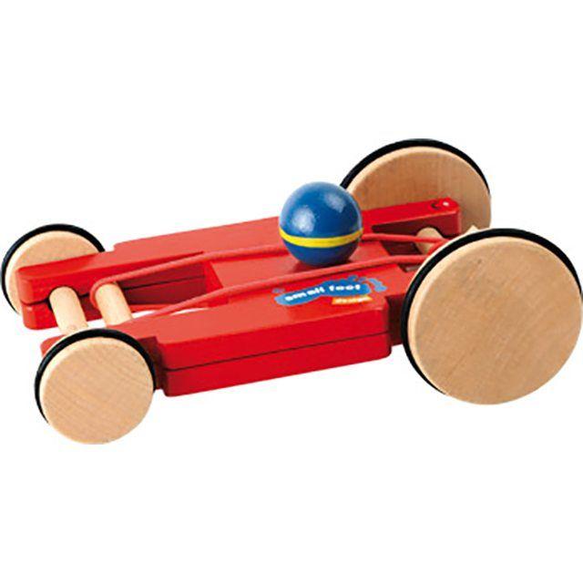 Door de elastiekjes om de assen kan deze sportieve auto worden opgewonden om straks weg te kunnen racen als hij wordt losgelaten. De houten wielen zijn voorzien van rubberen bandjes zodat ze veilig zijn op alle vloeren