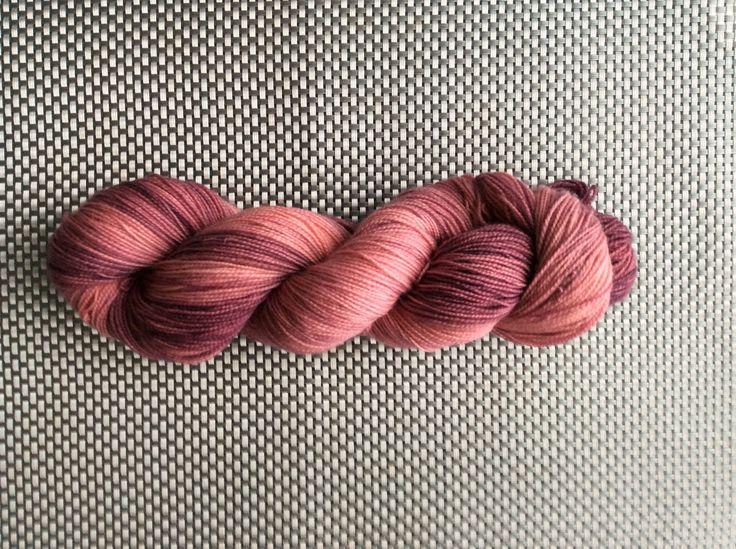 Aphrodite V.2, laine à bas teinte à la main, dégradés de vieux rose, grosseur fingering, BFL (Blue Faced Leicester) et Nylon, 115g/365m de la boutique EmmaHDesign sur Etsy