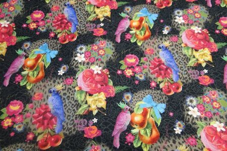http://www.bbms.nl/gordijn-decoratie-stof/gordijn-en-decoratie-stoffen/canvas-stof-papegaai-zwart-fuchsia-b0264/