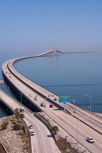 El puente de Skyway de Bob Graham es un puente sobre la Bahía de Tampa, Florida.
