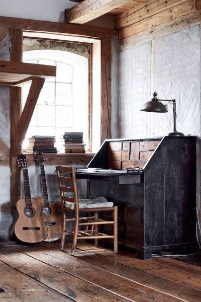 Oud bureau met boven op een typemachine, fototoestel, geurkaarsjes, bloemen
