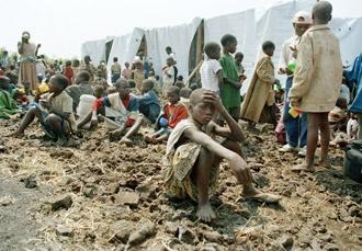 La discriminación racial o étnica se utiliza para insuflar miedo u odio a los otros, lo que a menudo lleva al conflicto y la guerra, como en el caso del genocidido de Ruanda en 1994.  Foto de la ONU/John Isaac.  http://www.un.org/es/events/racialdiscriminationday/