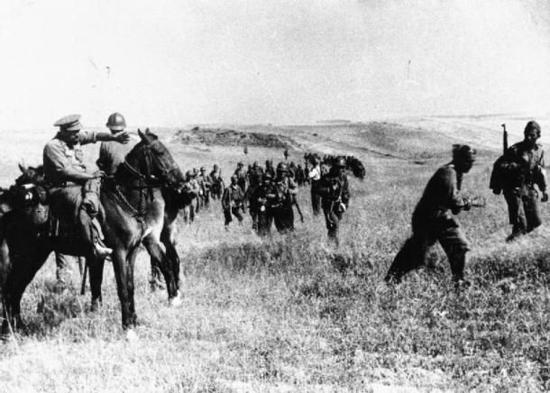 Batalla de Brunete | El campesino (a caballo) dirige a las tropas en Villanueva de la Cañada