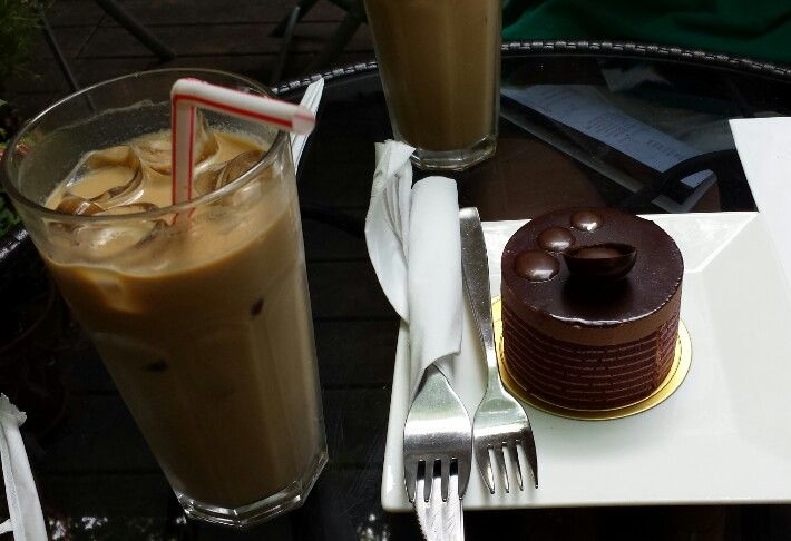 Iced latte & chocolate cake
