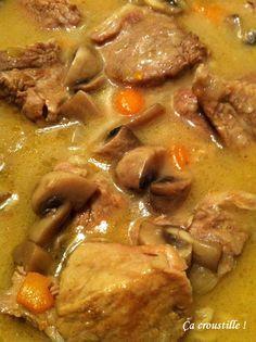 BLANQUETTE DE VEAU A L'ANCIENNE (Pour 4 P : 1 kg de viande de veau : 500 g de tendron + 500 g d'épaule, 1 gros oignon, 100 g de carottes, 250 g de champignons de Paris, 1 l de bouillon de poule (2 cubes), 20 cl de vin blanc, 1 bouquet garni, 2 c à s d'huile d'olive, 55 g de beurre 1/2 sel, 40 g de farine, 1 jaune d'œuf, sel, poivre blanc)