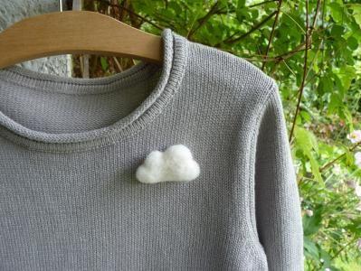 Réalisez une jolie broche nuage en laine feutrée à l'aiguille !