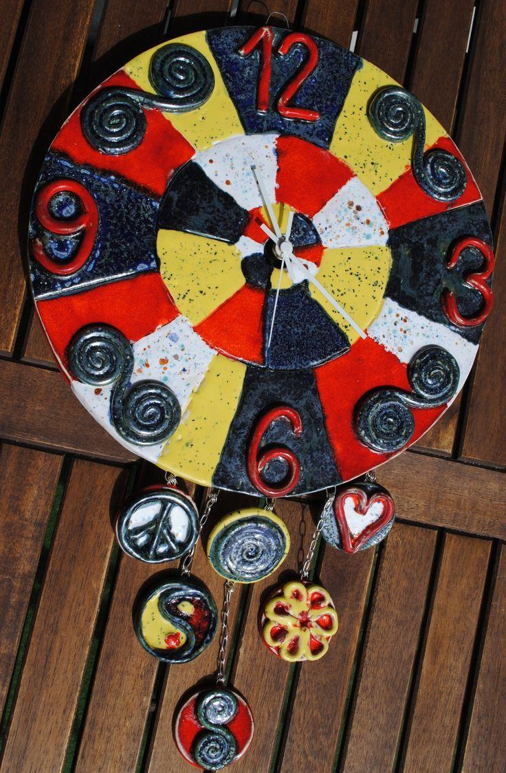 Keramické+hodiny+-+Láska,+harmonie,+mír+Originální+keramické+hodiny+zdobené+glazováním,+rozměr:+průměr+31+cm+celková+délka+se+závěsy+50cm.+Vše+modelováno,+žádná+vykrajovátka,+nebo+polotovary.+Hodinový+strojek+má+tichý+chod,+je+německé+výroby,+velmi+kvalitní+na+1+tužkovou+baterii+a+odchylka+je+méně+než+1+sec+za+týden.+Hodiny+je+možné+vyzvednout+osobně+v+Brně+-+...