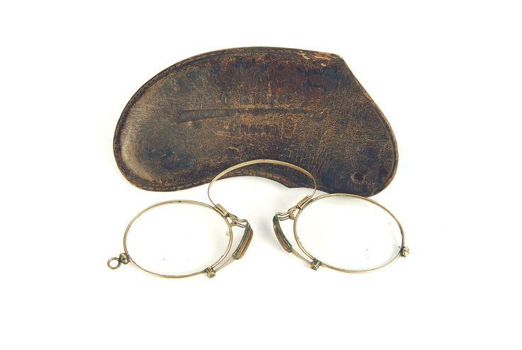 Okulary, Carl Kruger, XIX-XX w.;mosiądz, szkło, etui ze skóry, oprawa mosiężna; wym.: okularu 1,8x3,9 cm; oprawki 11x5 cm, etui: 11,5x5 cm.