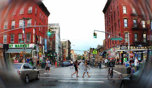 ¨(...)Librerías de segunda mano, anticuarios, camareras tatuadas , restaurantes asiáticos te llevan noodles a las 6 de la mañana, bares, clubes, restaurantes, boutiques, bicicletas, perros con pedigrí, gafas de pasta, camisas de cuadros, retales de la abuela, reinvención de lo viejo, panaderías, ultramarinos, Artist and Fleas (...)¨  Una avenida con mucho que ofrecer...  #ConcursoBellmurJeans #Camila