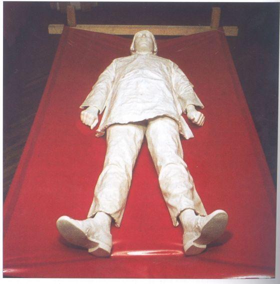 Jovánovics György: Fekvő alak (Baj), 1969. gipsz, fa, fém, lakkvászon. Figura: 180 cm, ágy: 68x250x120 cm