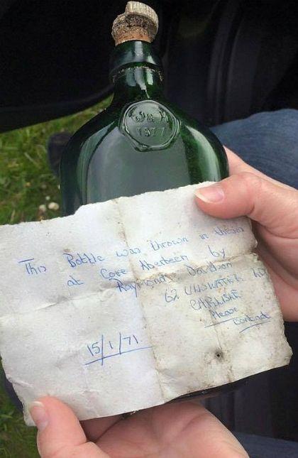 Lá thư trong chai được tìm thấy sau 40 năm lênh đênh trên biển.