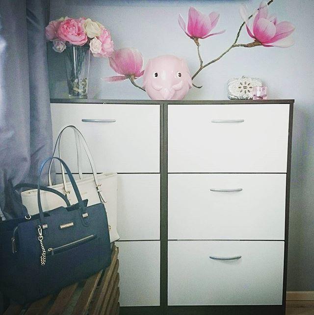 Mamin #ronsu on tullut kotiin <3 #säästöpossu #häämatkakassa #sisustus #bedroom #bedroomdecor #pinkdecor #kk43 #pakkoolisaada  @harjunpaperi n #näyteikkunastabongattu ja #kuuripalvelunostamajakuljettama tänne Hämeenlinnaan.