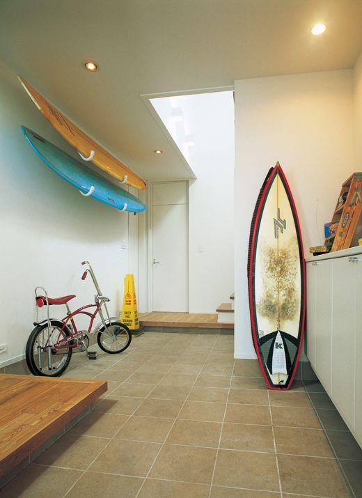 サーフボードを見せながら収納できる広々とした玄関ホール