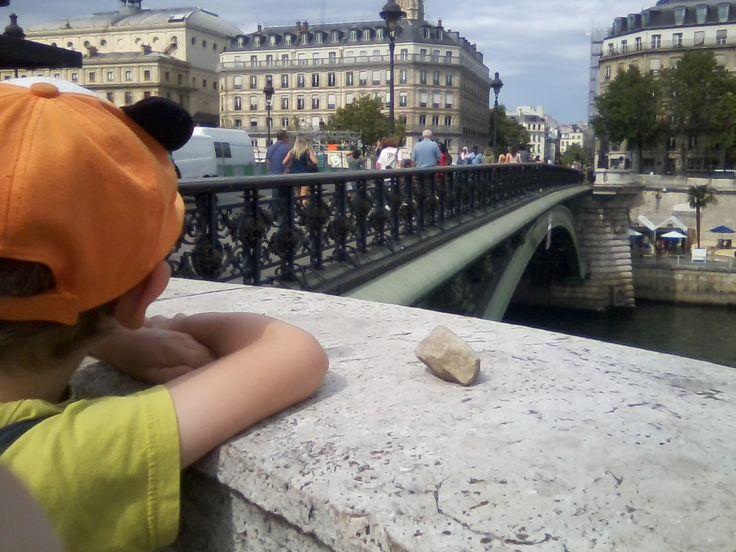 Roche nomade déposée par Jérôme sur le pont Notre-Dame à Paris (France). Photo : David Turgeon. Pour plus de détails sur le projet Roches nomades : www.museelaurentides.ca/roches-nomades.
