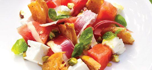 Ingrediënten voor 4 personen:      1 potje basilicum (bio)     200 g feta     200 g gekookte of rauwe ham     olijfolie     pistaches     peper en zout     200 g stokbroden     1/4 stuk watermeloen