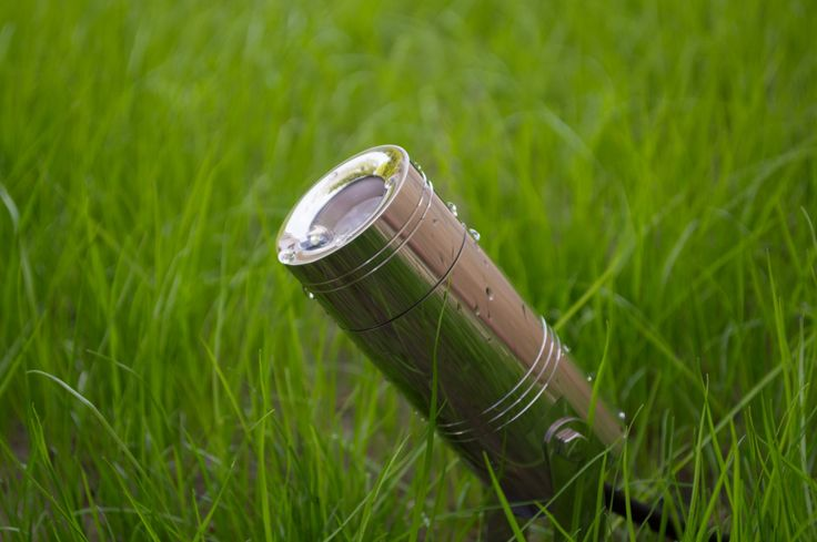 Exterior LED lamp made of stainless steel designed for illuminating trees, gardens and courtyards.