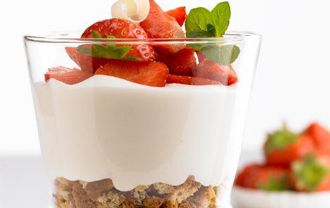 Weiße Schokoladencreme mit Erdbeeren