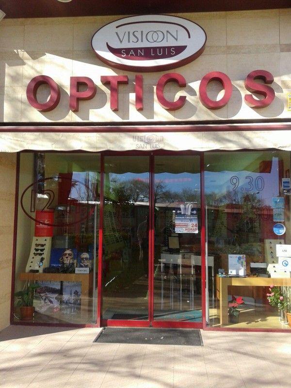 Centro Óptico San Luis en Hortaleza. Óptica. Ray Ban. Carolina Herrera. Audífonos digitales. Lentes de contacto. Cristales progresivos. Tapones oídos.