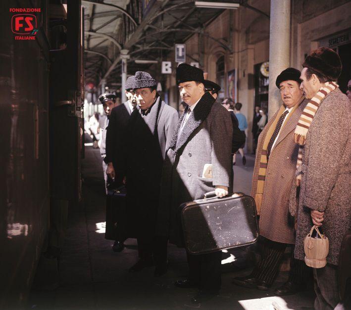 """Fernandel e Gino Nervi nella stazione di Roma Trastevere mentre girano """"Il…"""