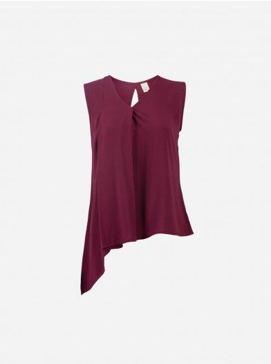 Sleeveless top with asymmetrical cutting to the side. This top made of from comfortable fabric and a loose cutting that make it very easy to wear during a vacation or just to hang out. To add a surprise, the back features an elegant and feminine slit