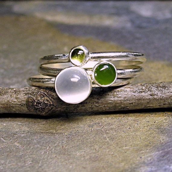 Trois anneaux empilables dans les verts subtils et apaisants de jade et péridot, agrémenté dune pierre de lune chatoyant. Ces anneaux empilables est délicats mais robuste et parfait pour lusure de chaque jour.    Les bandes sont lisse sterling argent 1/2 fil rond 1mm de large. La plus grande pierre est une pierre de lune 6mm blanc accompagné dun péridot de 3mm et une néphrite vert 4mm.    Cette pile peut être faite dans nimporte quelle taille. Faites-le moi savoir votre taille de bague dans…