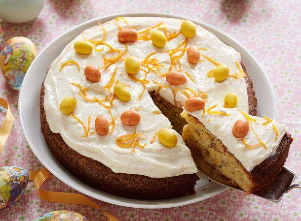 En rigtig påskekage med flødeost og små søde påskeæg på toppen. Kagen er en klassisk mandelkage med marcipan.