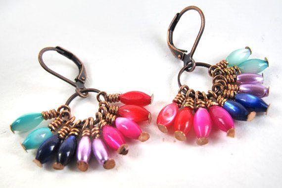 regenboog - oorbellen  met koperen ringen en veel kraaltjes in de vorm van rijstkorrels in verschillende kleuren - 10 euro
