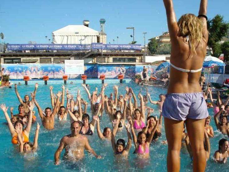 Divertimento e ginnastica in acqua al Beach Village di Riccione. Estate tutta sole mare piscina e divertimento a Riccione