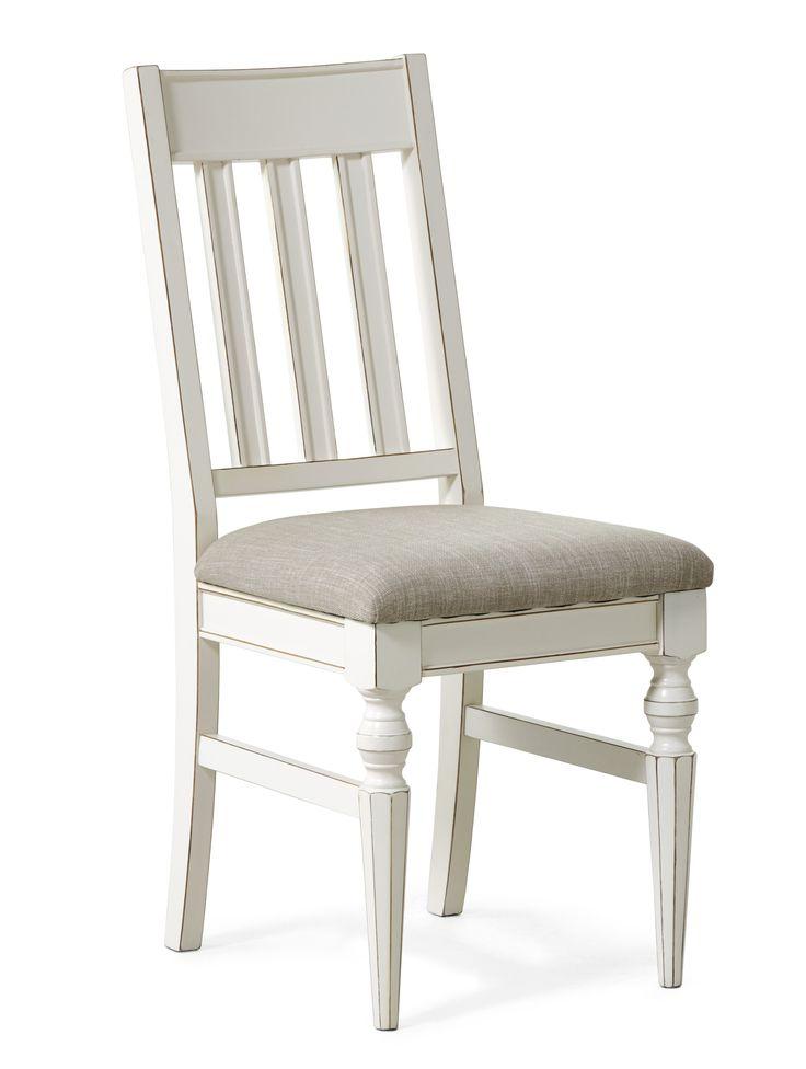 Paris är en vacker stol med svarvade ben och fina detaljer. Den har en stoppad sits klädd i ett beige tyg. Den har en skön komfort som tillåter långa sittningar. Paris är en serie handgjorda unika möbler i klassisk romantisk stil. Varje möbel är ett fint handarbete vilket gör att små olikheter kan förekomma. Det är rejäla möbler i fin kvalitet.
