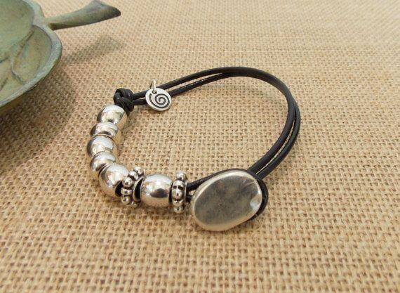 Cuero y perla botón pulsera abalorios de por ItsAWrapJewelryShop