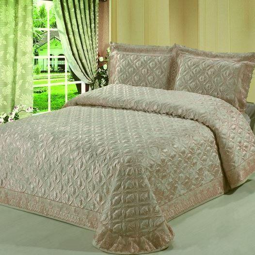 Покрывало на кровать, стеганое, жаккардовое, шелковое, с кружевом, однотонное, персиковое, арт. bl-5 Красивое стеганое, жаккардовое покрывало, с декоративными наволочками, на  двуспальную кровать. Цвет: персиковое, бежевое с золотистым отливом. Два размера: 220 * 240 см. и 240 * 260 см. Выберите нужный Вам размер и положите его в Вашу корзину!