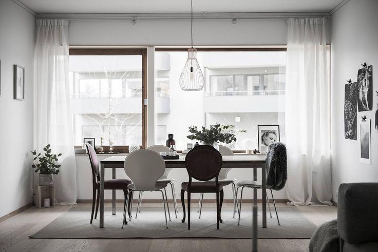 Varmt välkommen till ett exklusivt och toppmodernt boende i eftertraktade Sundbyberg precis vid Bällstaån. Här bor du i ett vackert trähus ritat av Wingårdhs Arkitekter med en enastående känsla för detaljer och estetik, genomtänkt planlösning och generös takhöjd på hela 2.7 meter.Väl inne i lägenheten möts du av en underbart luftig och inbjudande känsla tack vare den öppna planlösningen och det fantastiska ljusinsläppet från de stora fönsterpartierna. Här erbjuds ett exklusivt ekoboende med…