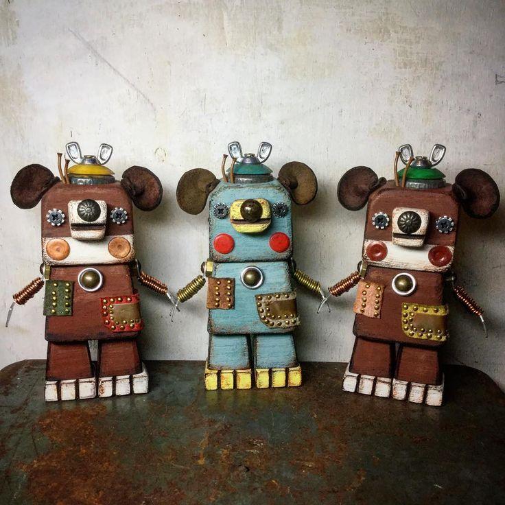 Twins and friend 【双子と友達】  茶色のクマちゃん達は オーダーを頂いた子達です。 前回の子達とは 少し装いを変化させています。 同じタイプの子も 個性が出るように意識しています。 小学生の頃に 双子の姉妹と仲良しで そっくりだけど 違いを発見するのが 楽しかった思い出があります。  #artwork#junkart#foundobjects#craft#handmade#woodworking#oldstuff#hardware#display#rustic#arttoy#toyartistry#teddybear#doll#assemblage#sculpture#9cue#造形作家#作家#古道具#ハンドメイド#手作り#木工#くま#クマ