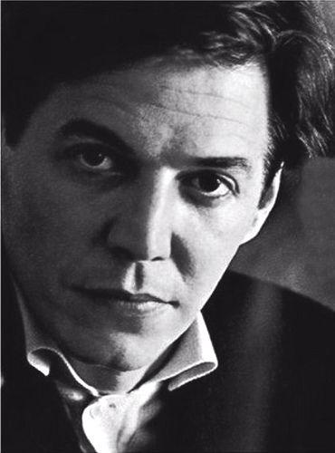 Antônio Carlos Jobim (1927-1994)  foi um compositor, maestro, pianista, cantor, arranjador e violonista brasileiro. É considerado o maior expoente de todos os tempos da música popular brasileira e um dos criadores e principais forças do movimento da bossa nova. Com a obra de Jobim, a música brasileira experimentou uma projeção internacional inédita, sem precedentes e definitiva.