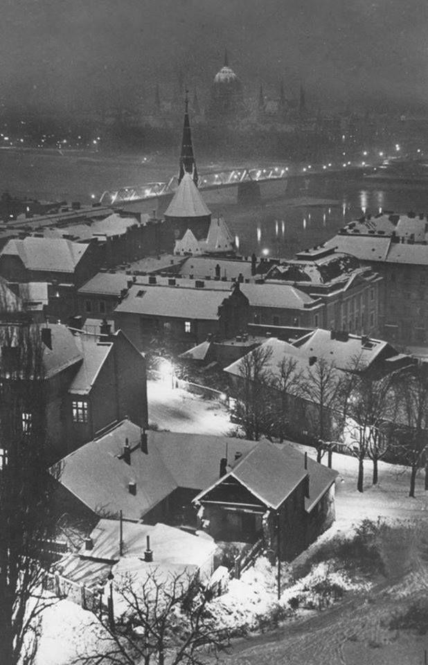 1946-1960, a Kossuth híd, a Batthyány tér és a Kossuth Lajos tér között. A kép érdekessége, hogy esti fényben láthatjuk a Halászbástyáról fotózva. Ma már csak egy emléktábla őrzi a Batthyány téren, hogy ott állt anno.