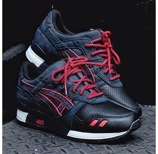 Ronnie Fieg took to Instagram this morning to debut a first look at his latest rendition of the Asics Gel Lyte III. This time, the NYC-based designer's most oft used silhouette is seen in a dark navy suede and leather variation …