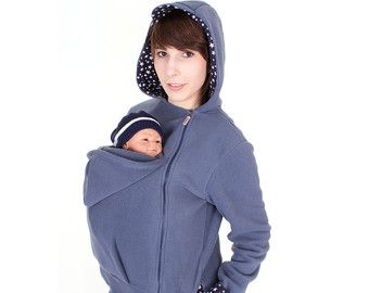De TRIO baby het dragen van jassen met rugzak functie maakt: Quadro! Hier in marineblauw met snappy strepen. Praktisch, mooi en gezellig. Deze 4-in-1 fleece slijtage jas is super geschikt voor u en uw baby(s) omdat hiermee twee dragende functies, de buik- en uitvoering van de functie! Al tijdens de zwangerschap als comfortabele moederschap Jack functie 1 =, tijdens de dracht van de baby = functie 2 (buik) en 3 (rug) en later als een chique jasje functie 4. De inserts zijn gemakkelij...